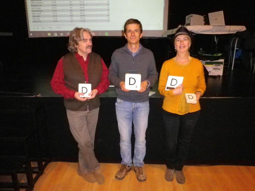 Campions globals del 1r Mundial de Scrabble Duplicat en català: Lluís de Yzaguirre: tercer classificat; Josep Maria Martí: Campió; Anna Genís: subcampiona.